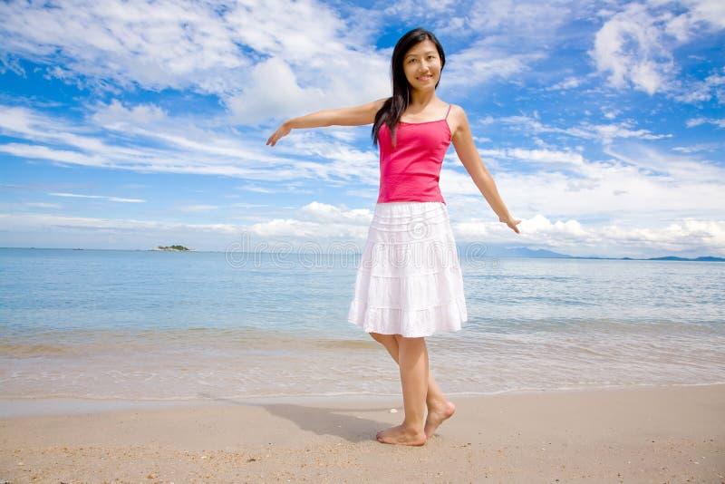 Donna felice un bello giorno dalla spiaggia fotografia stock