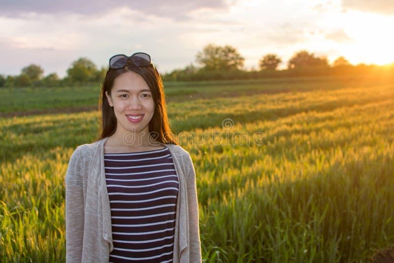 Donna felice in un campo di grano immagini stock