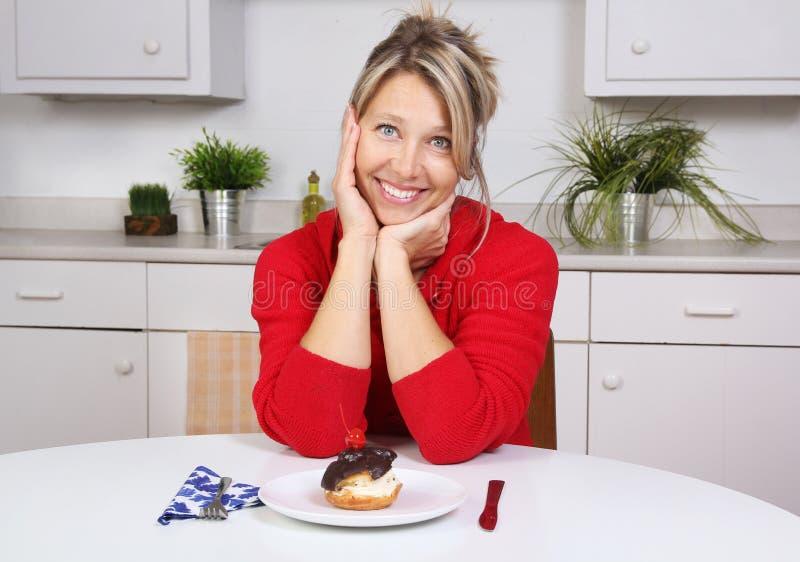 Donna felice in una cucina immagini stock libere da diritti