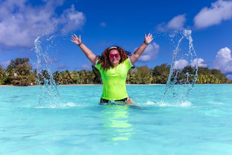 Donna felice in una laguna del turchese sulla bella isola di Tahaa fotografia stock libera da diritti