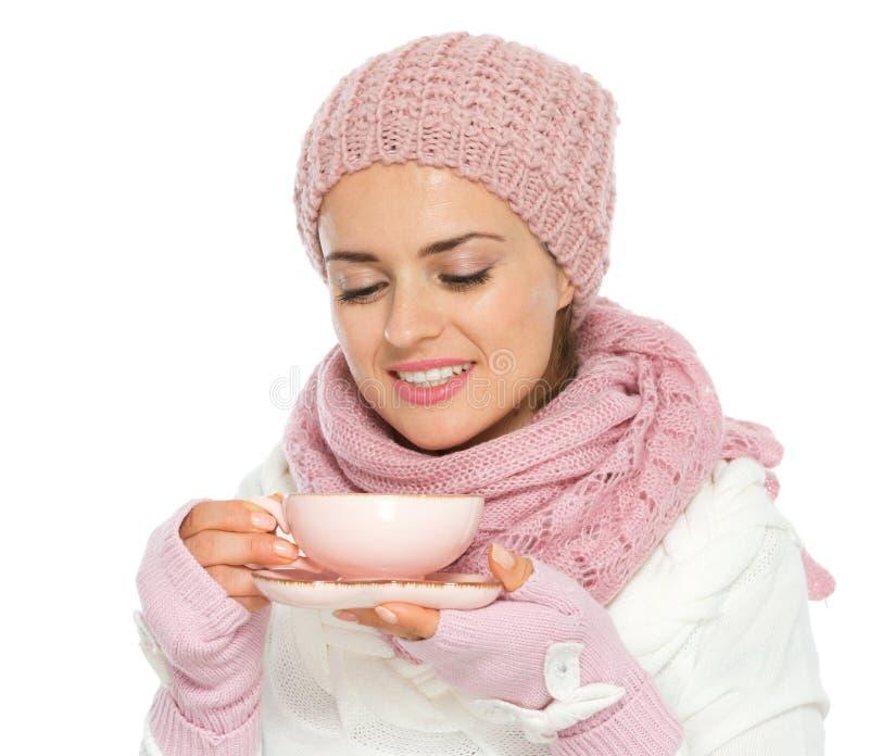 Donna felice in vestiti di inverno che gode della tazza di tè immagine stock libera da diritti