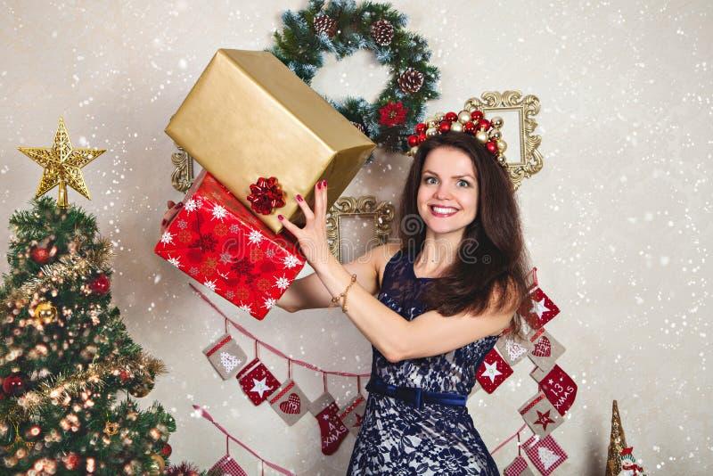 Donna felice in vestito festivo dal pizzo con il regalo di Natale fotografie stock libere da diritti