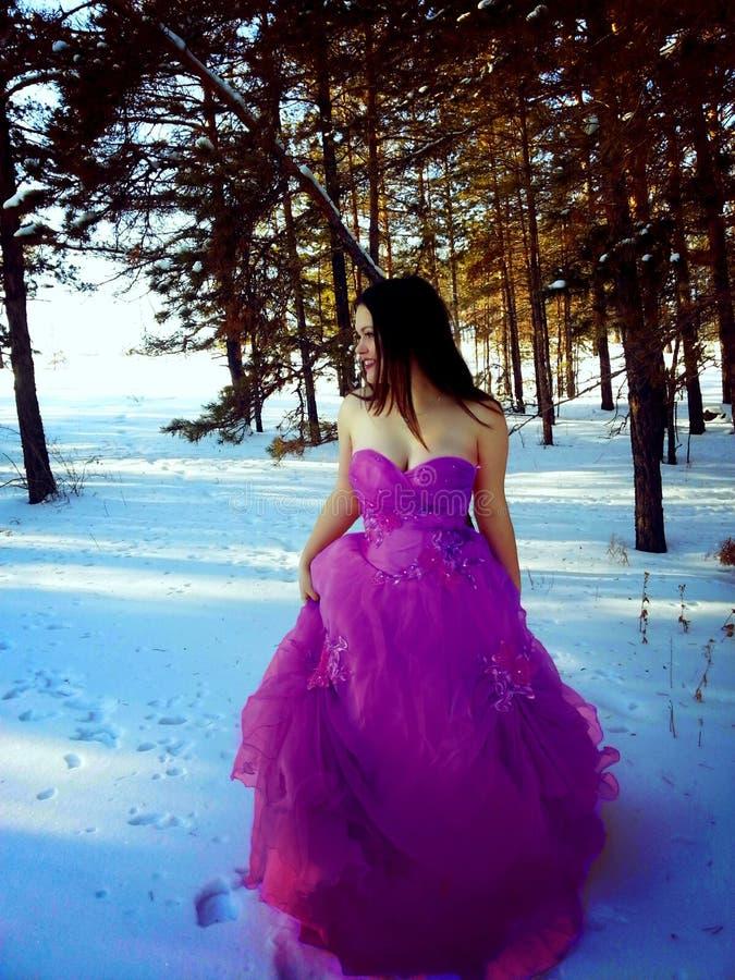 Donna felice in vestito porpora piacevole fotografia stock libera da diritti