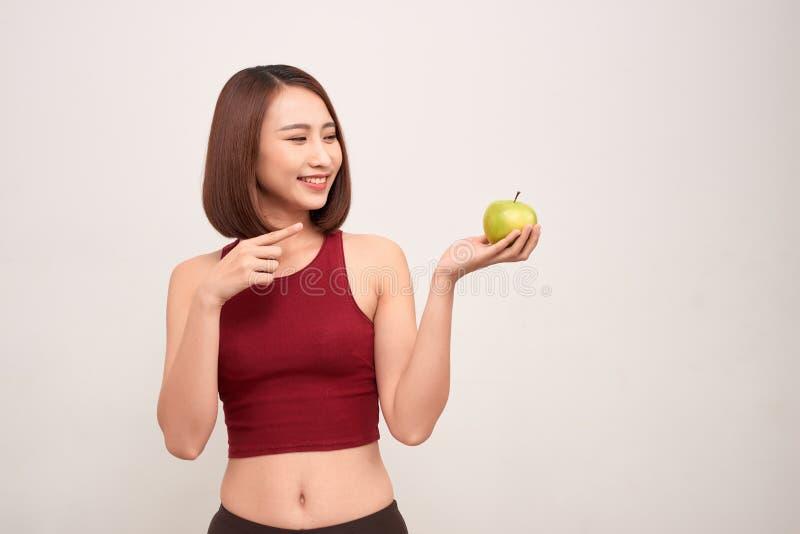 Donna femminile asiatica multiculturale sportiva misura di forma fisica isolata su fondo bianco immagine stock