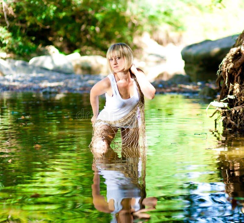 Donna in fiume Maglietta bianca, a rete fotografie stock