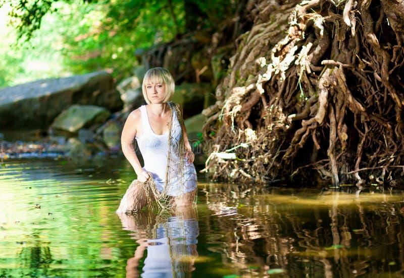 Donna in fiume Maglietta bianca, a rete fotografia stock libera da diritti