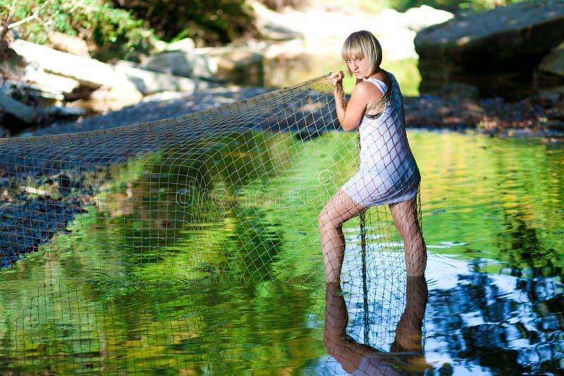 Donna in fiume Maglietta bianca, a rete immagini stock libere da diritti