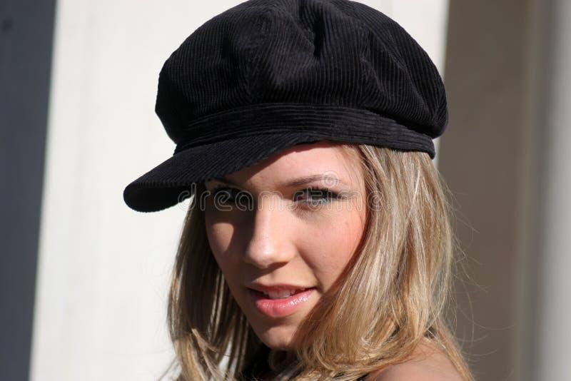 Donna Flirtatious con il cappello fotografie stock libere da diritti