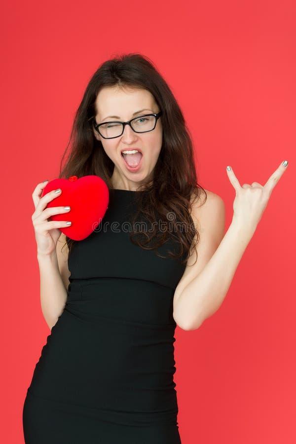 Donna fresca in vetri donna di affari con il gesto fresco della roccia Il suo tempo del partito la donna felice ama il suo sguard fotografia stock libera da diritti