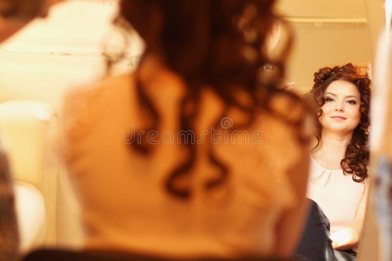 donna fronta dello specchio immagine stock