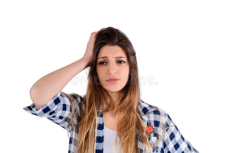 Donna frustrata che copre le sue orecchie immagini stock