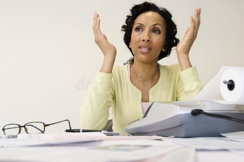 Donna frustrata con la ricevuta di spesa