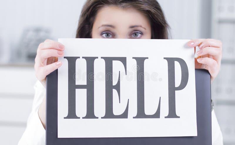 Donna frustrata di affari che mostra uno strato con l'aiuto di parola fotografie stock