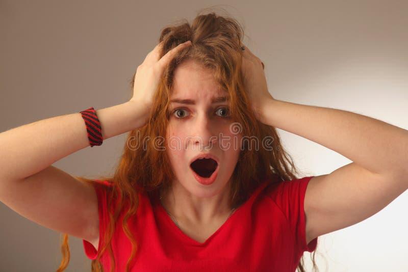 Donna frustrata nello sforzo che chiede il linguaggio del corpo di aiuto, gesto immagine stock