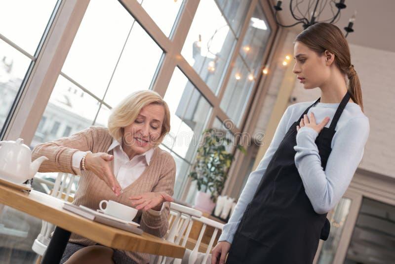 Donna furiosa che non gradisce il suo caffè immagini stock