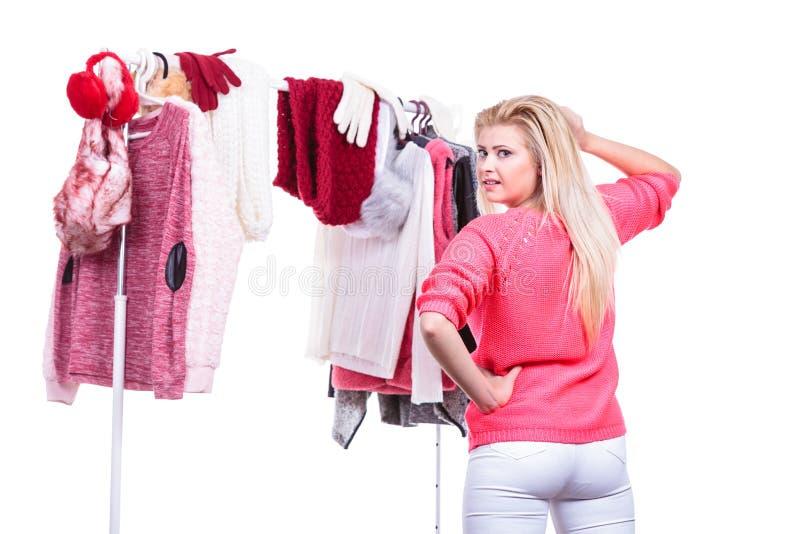 Donna in gabinetto domestico che sceglie abbigliamento, indecisione fotografie stock