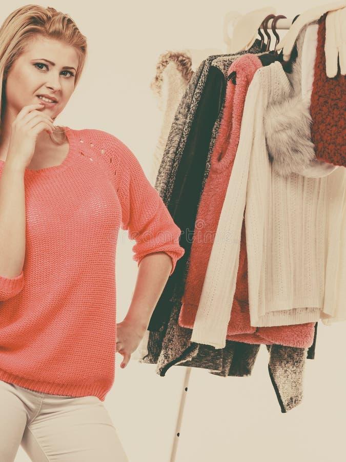 Donna in gabinetto domestico che sceglie abbigliamento, indecisione immagine stock libera da diritti