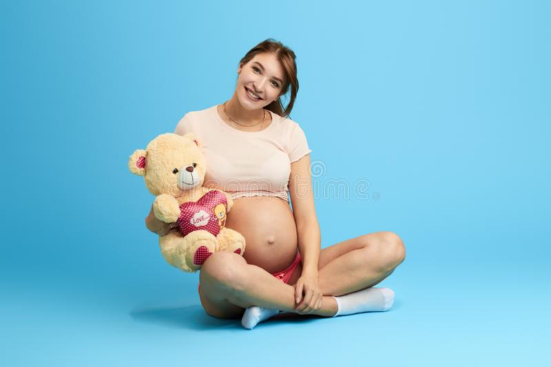 Donna gentile amichevole felice divertendosi con l'orsacchiotto fotografia stock libera da diritti