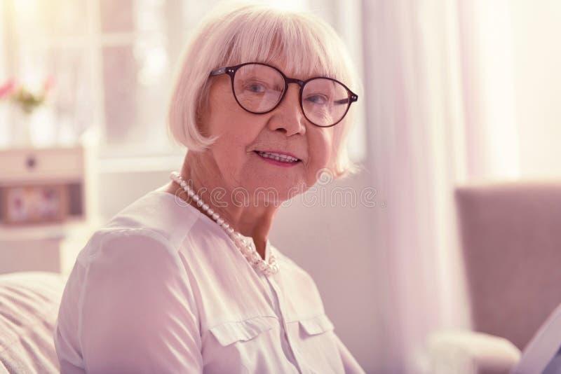 Donna gentile piacevole che indossa i vetri trasparenti alla moda fotografie stock libere da diritti