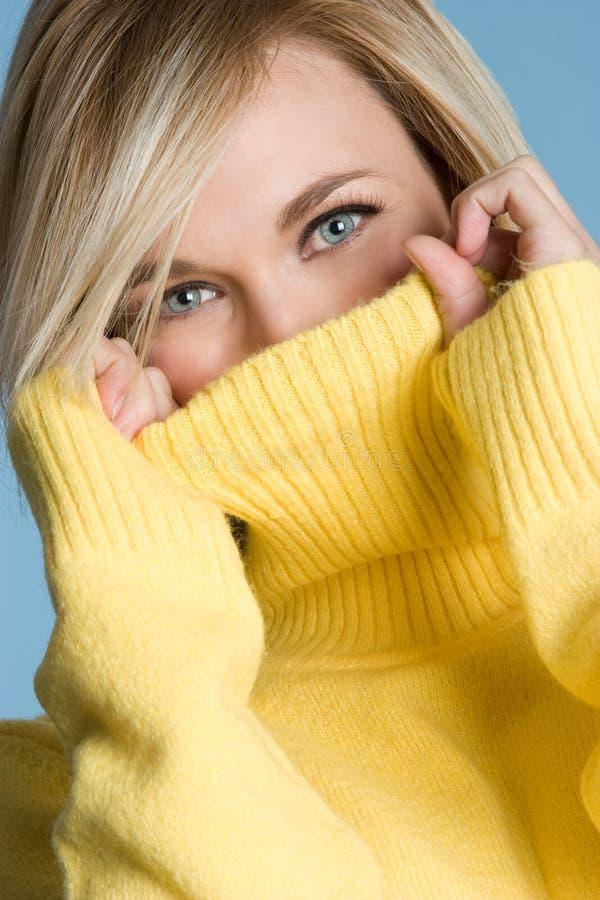 Donna gialla del maglione fotografie stock