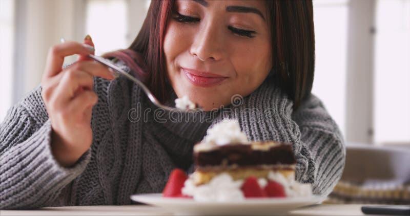 Donna giapponese che mangia dolce a casa immagini stock libere da diritti