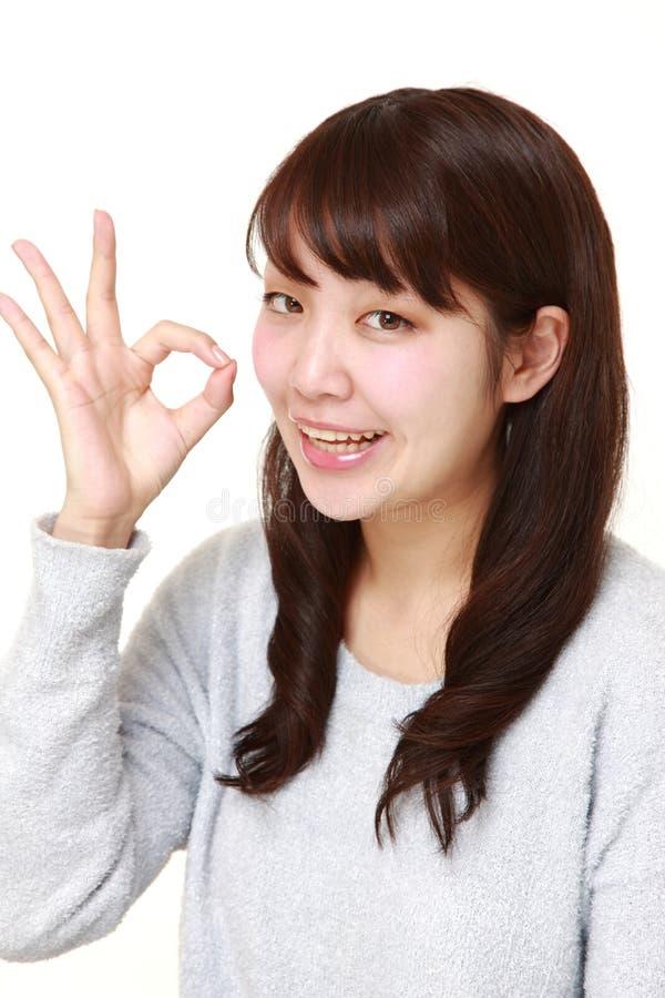 Donna giapponese che mostra segno perfetto immagini stock libere da diritti