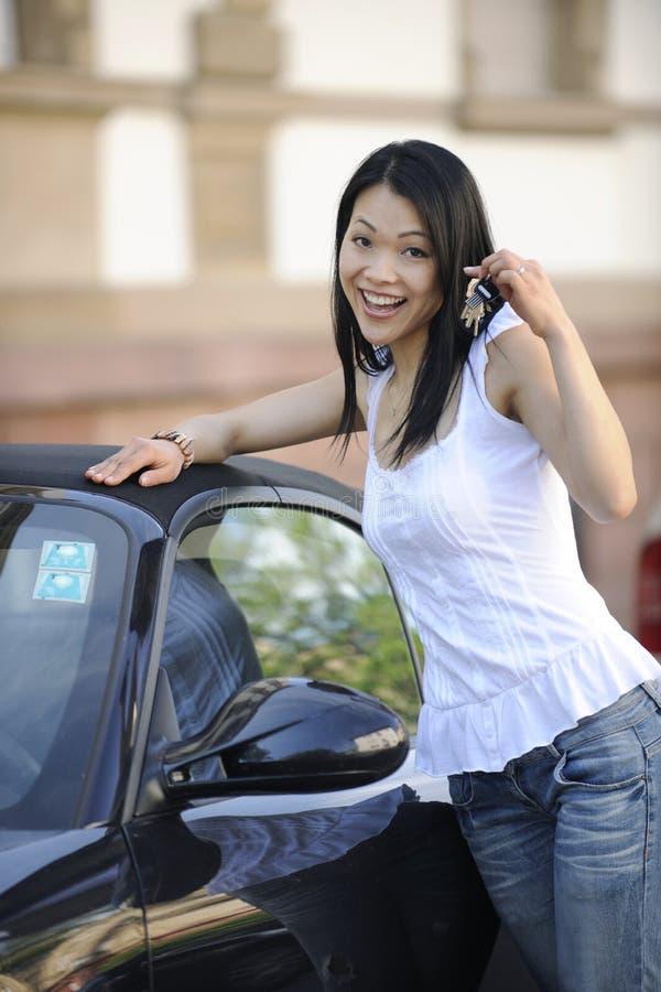 Donna giapponese con la sua nuova automobile fotografie stock