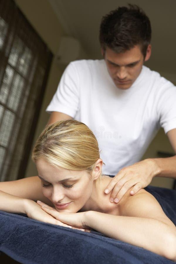 Donna giovane che gode del massaggio fotografia stock libera da diritti