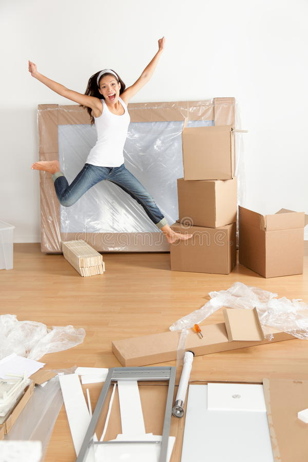 Donna giovane felice che si muove in nuovo appartamento fotografie stock