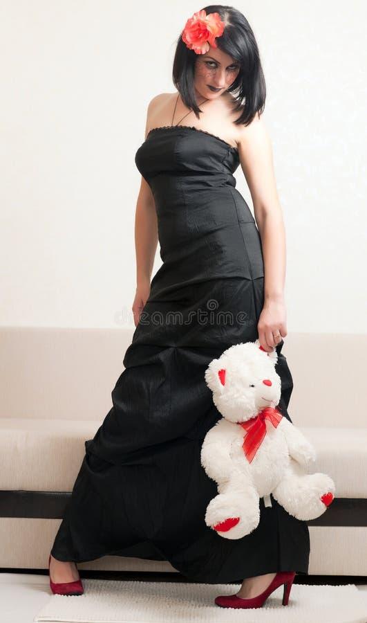 Donna gotica che tiene un orsacchiotto fotografie stock libere da diritti