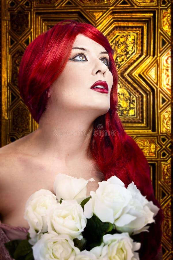 Donna gotica, concetto di fede. Capelli rossi immagine stock libera da diritti