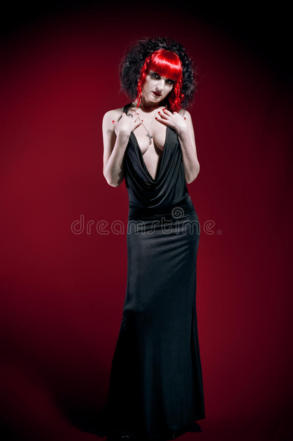 Donna gotica elegante in studio fotografie stock