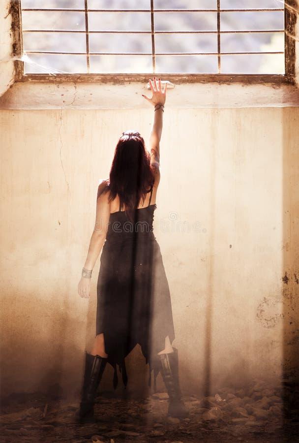 Donna gotica nell'ambito di raylight fotografie stock libere da diritti