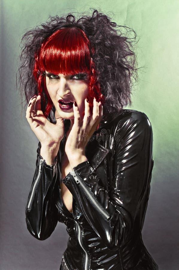 Donna gotica sexy del feticcio in studio fotografie stock