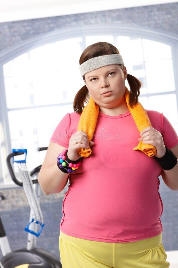 Donna grassa esaurita a ginnastica immagini stock