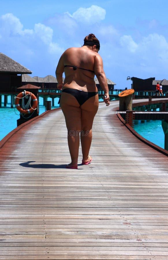 Donna grassa nei maldives immagine stock