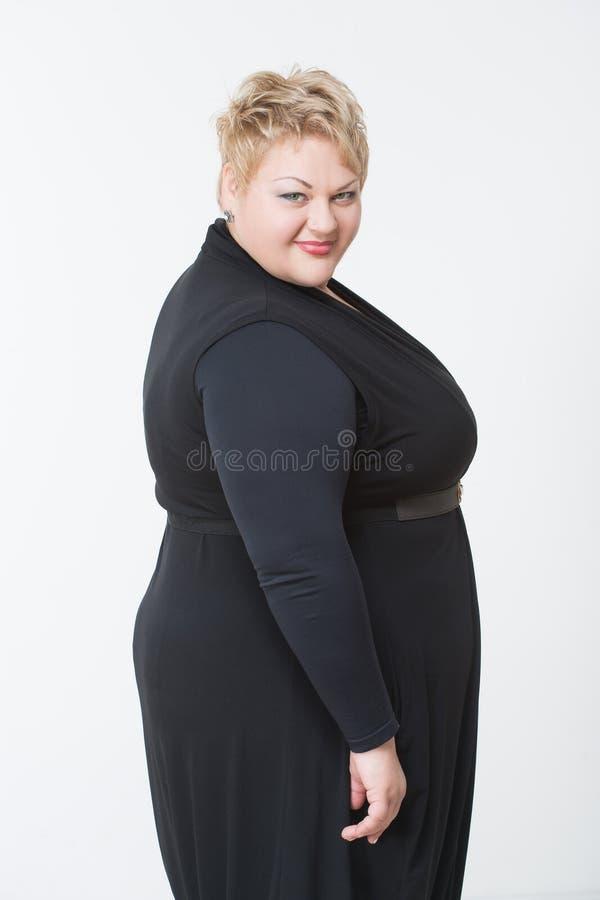 Donna Grassa Sorridente In Vestito Nero Immagine Stock