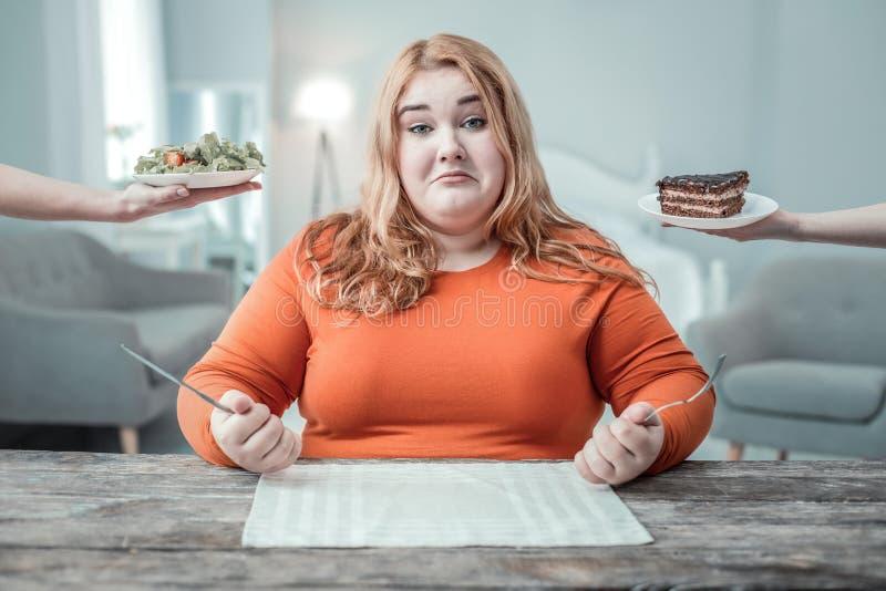 Donna grassottella piacevole che va cenare fotografia stock libera da diritti