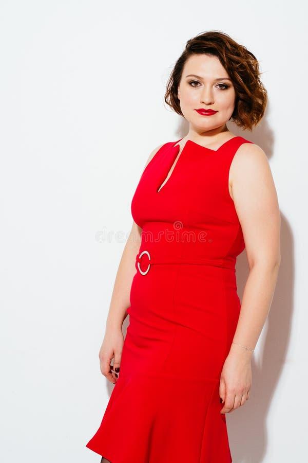Donna grassottella in vestito rosso fotografia stock