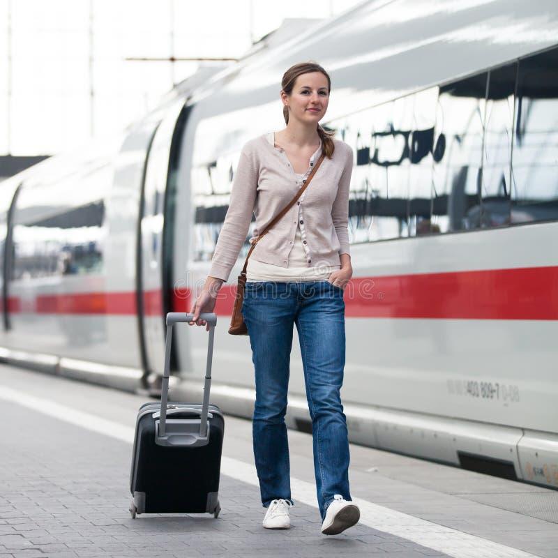 Donna graziosa ad una stazione ferroviaria fotografia stock