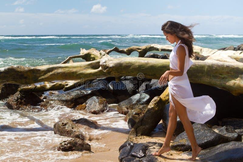 Donna graziosa all'oceano fotografia stock
