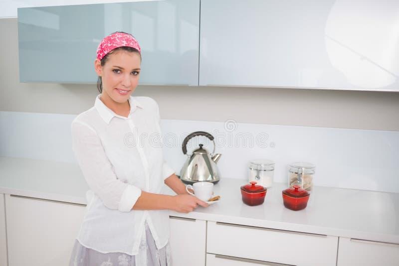Donna graziosa allegra che prepara tè immagini stock libere da diritti