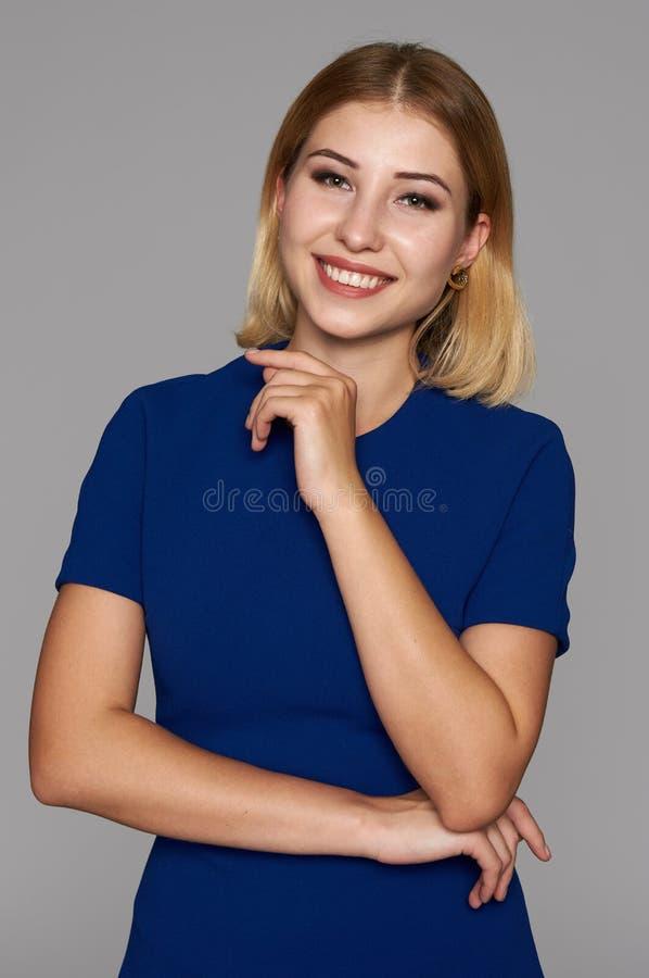 Donna graziosa allegra in vestito blu fotografia stock libera da diritti