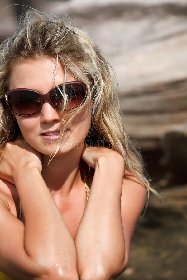 Donna graziosa in bikini e vetri immagini stock libere da diritti
