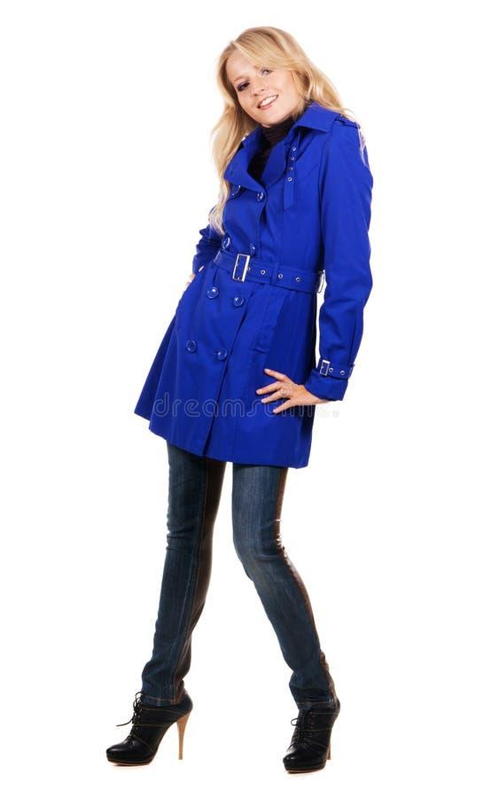 Donna graziosa in cappotto blu immagini stock libere da diritti