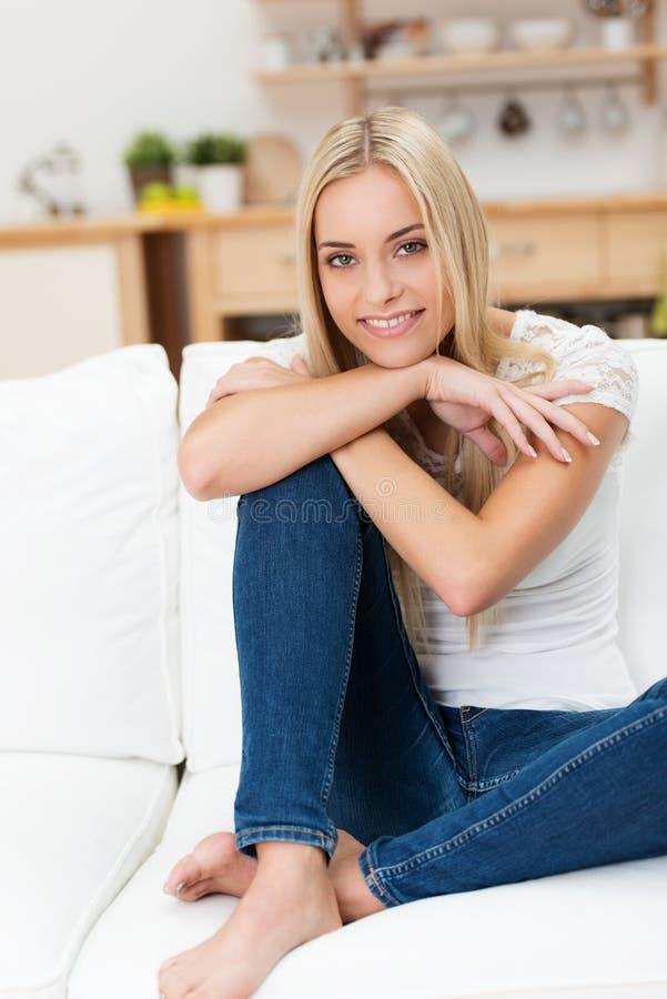Donna graziosa casuale che si rilassa a casa immagine stock