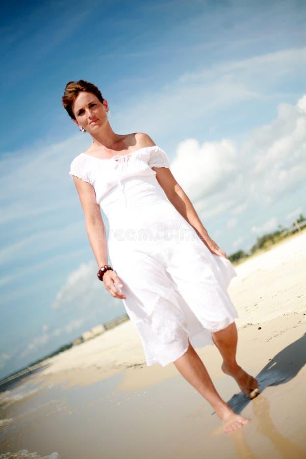 Donna graziosa che cammina la spiaggia fotografie stock