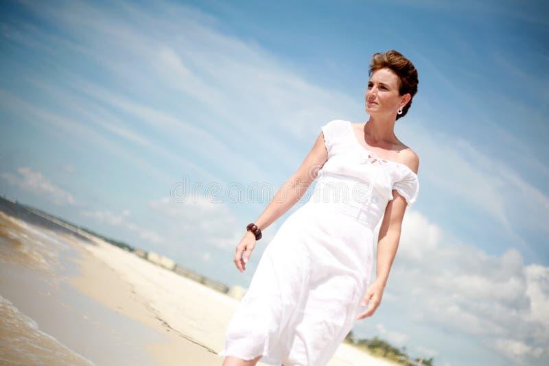 Donna graziosa che cammina la spiaggia fotografie stock libere da diritti