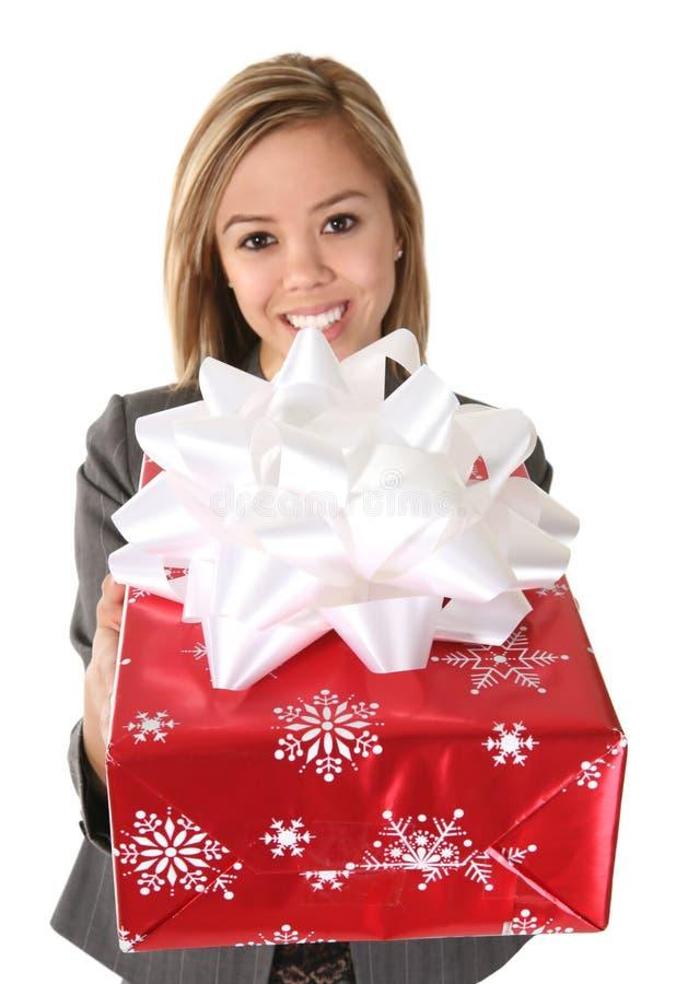 Donna graziosa che dà regalo fotografie stock