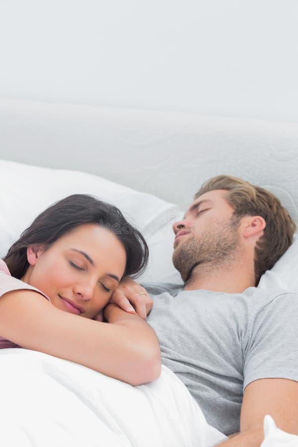 Donna graziosa che dorme sul suo petto dei mariti - Abbraccio letto ...